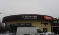 JS Autocentrum logo na showroom